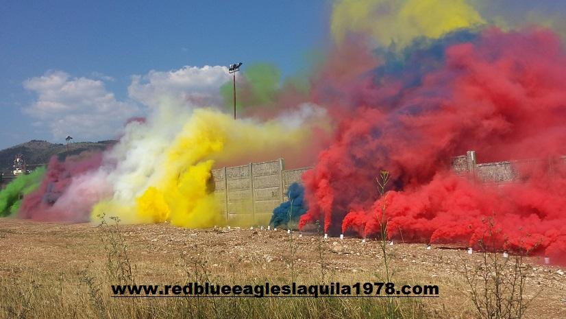 Fumogenata con tutti i colori delle tifoserie presenti