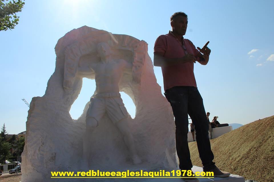 Valter Di Carlo, scultore aquilano che ha realizzato la statua