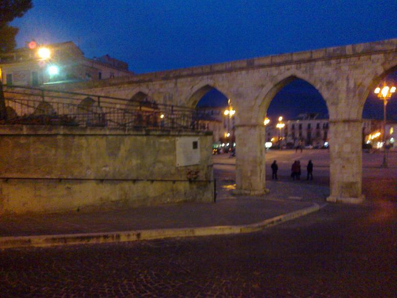 Gli archi dell'acquedotto medievale di Sulmona dove transitò il pullman che causò la morte dei quattro ragazzi aquilani