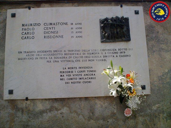 Targa ricordo collocata a Sulmona in memoria dei quattro ragazzi aquilani