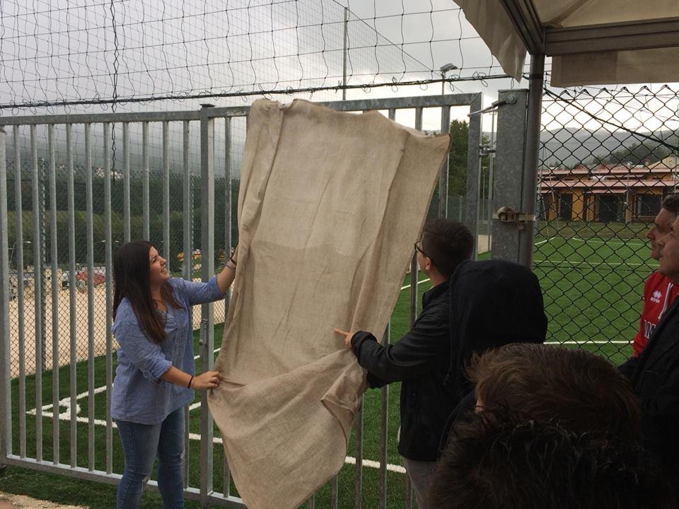 Benedetta e Francesco, figli di Gianni Cicconi, scoprono la targa commemorativa all'ingresso del campo polivalente.