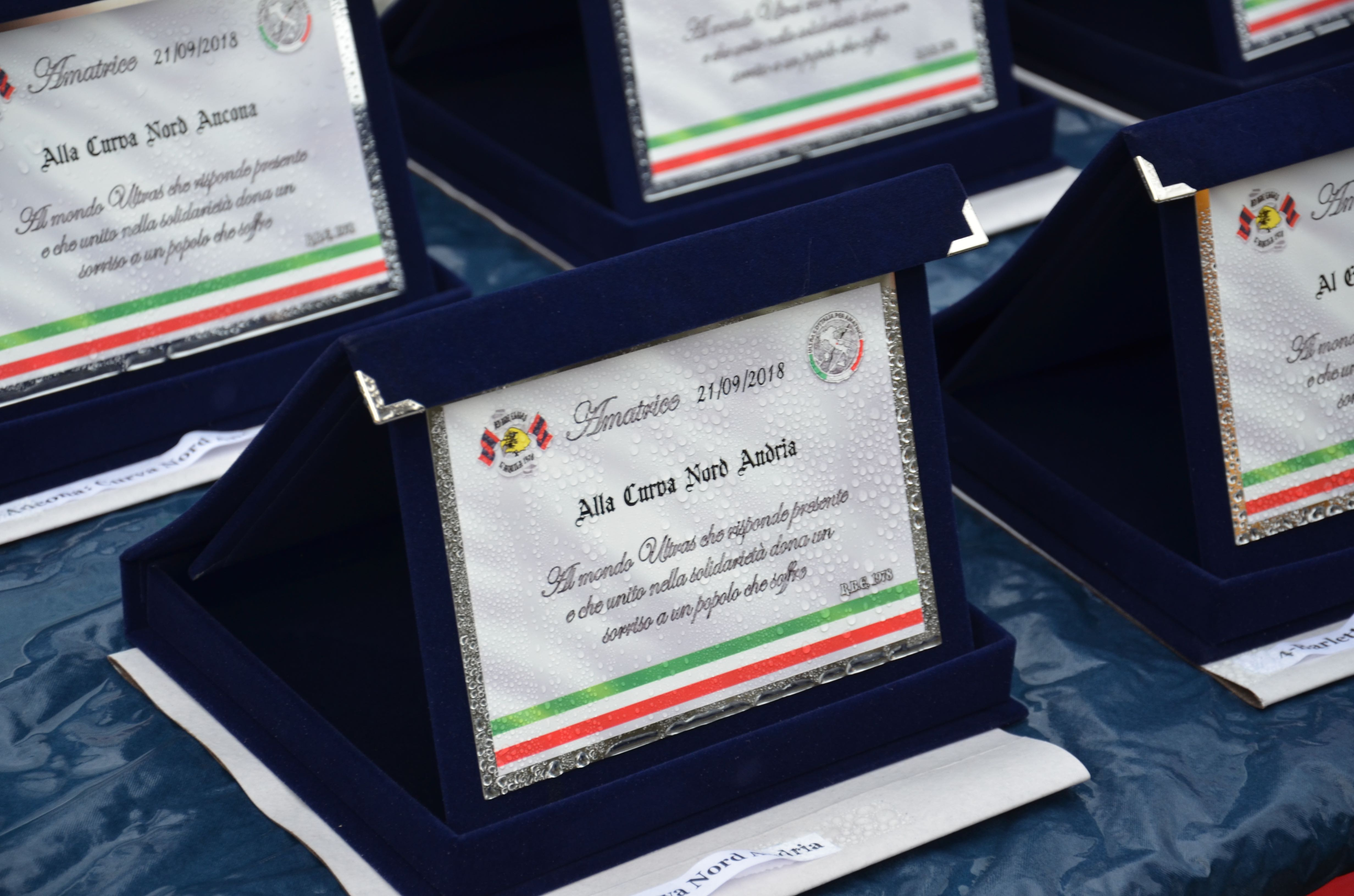 Targhe donate alla tifoserie che hanno partecipato al progetto.