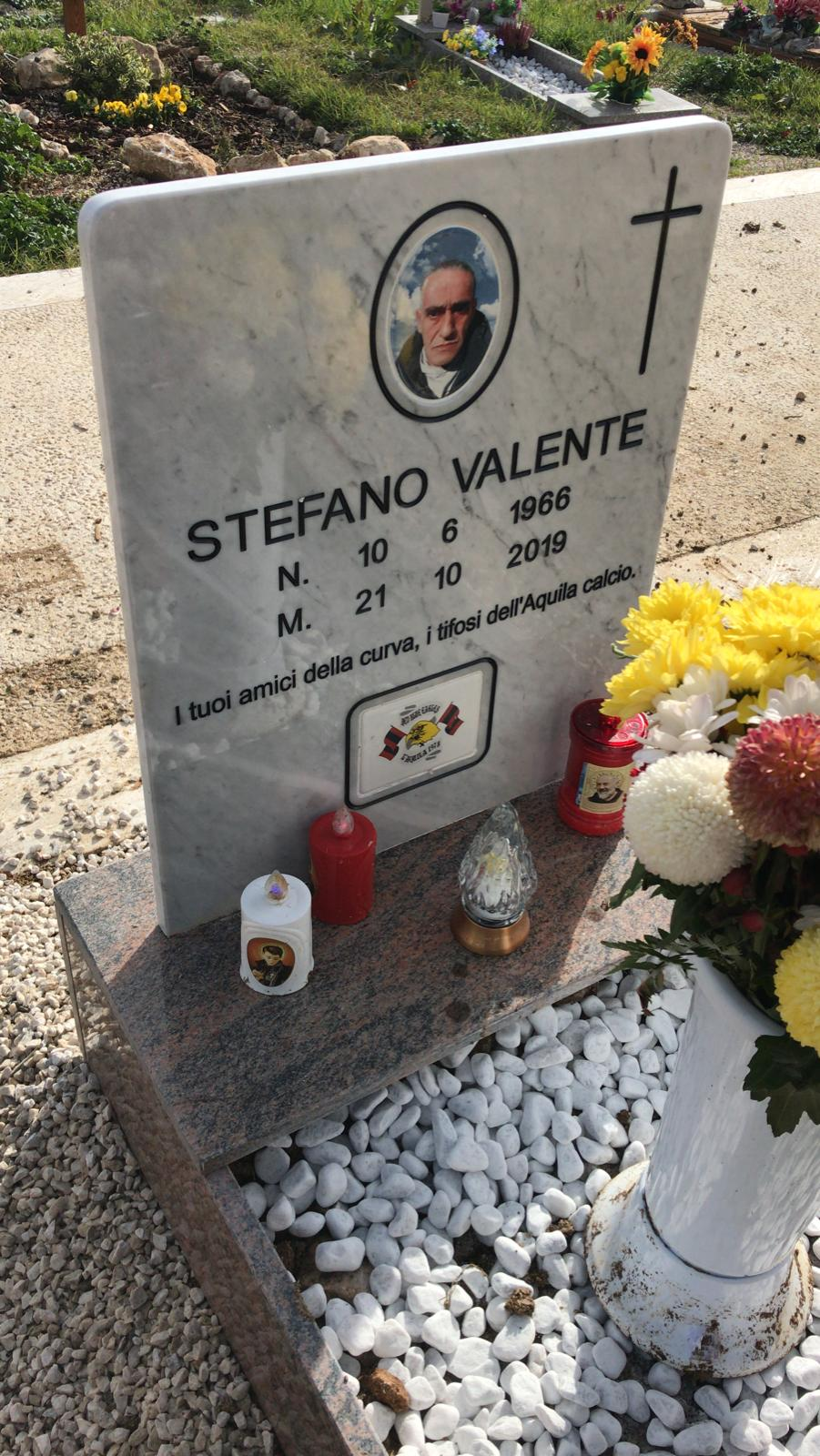In memoria di Stefano Valente, lapide pagata grazie al contributo di tutti i ragazzi della curva e di tutti i tifosi, che ci hanno aiutato a dare una degna sepoltura a Stefano.