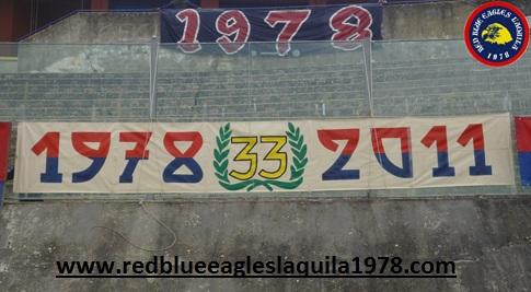 Striscione celebrativo esposto in occasione del 33°anno dalla nascista del gruppo dei Red Blue Eagles L\'Aquila 1978