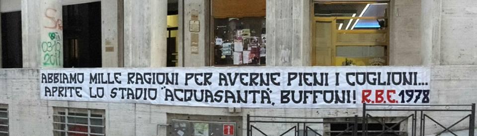 """Striscione di protesta appeso davanti al comune dell'Aquila,prima di fare irruzione nell'ufficio del Sindaco. """"Abbiamo mille ragioni per averne pieni i coglioni, aprite lo stadio di acquasanta buffoni! """" 2 Febbraio 2016"""