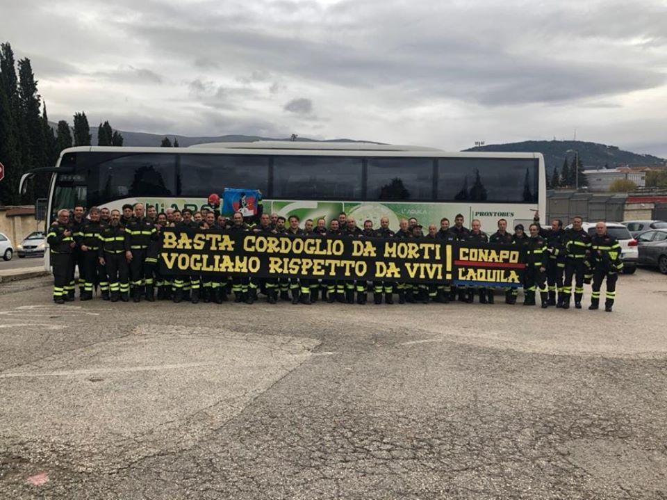 """Striscione per i vigili del fuoco. """" Basta cordoglio da morti vogliamo rispetto da vivi""""  19 Novembre 2019"""